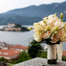cream-mixed-flowers-wedding-bouquet