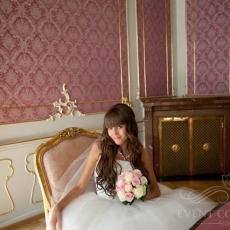cream-pink-roses-bridal-bouquet-in_Prague