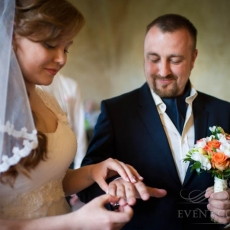 orange-white-wedding-bouquet-prague