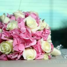 pink-white-flowers-wedding-bouquet-in_Prague