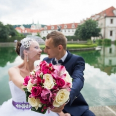pink-white-mixed-flowers-wedding-bouquet-in-prague