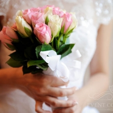 pink-white-roses-wedding-bouquet-prague