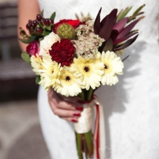 red-cream-mixed-flowers-extravagant-wedding-bouquet-prague