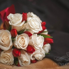 red-cream-tulips-roses-wedding-bouquet-prague