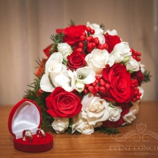 red-white-mixed-winter-wedding-bouquet