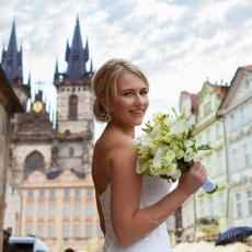 white-mixed-flowers-wedding-bouquet_prague