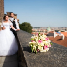 white-pink-mixed-flowers-wedding-bouquet-prague