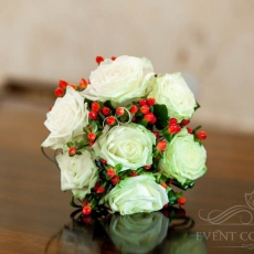 white-red-roses-hypericum-wedding-bouquet