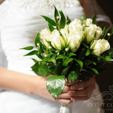 white-roses-classic-wedding-bouquet