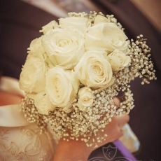 white-roses-wedding-bouquet