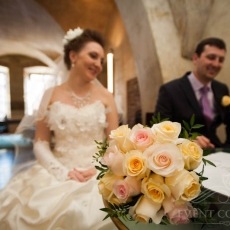 yellow-pink-roses-wedding-bouquet_prague