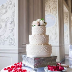 Ivory-wedding-cake-Prague