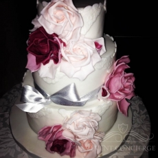 white-wedding-cake-with-pink-roses-in-prague