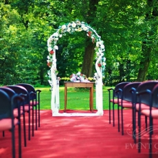 ceremony-arch-for-wedding-in-prague