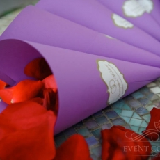 roses-petals-for-purple-wedding-in-prague