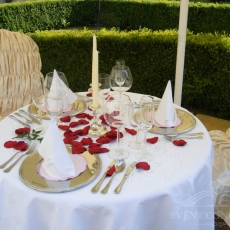 simple-wedding-table-decoration-prague