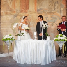 white-green-wedding-registrar-table-decor-in-prague