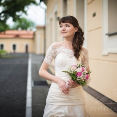 Romantic-wedding-hairstyle-in-Prague