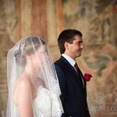 Wedding-hairdress-with-long-veil-in-Prague