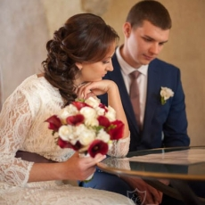 side-shape-wedding-hairstyle-in-prague