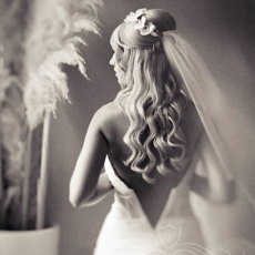 wavy-hairstyle-with-flowers-and-veil