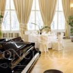 round-tables-piano-letensky-zamecek