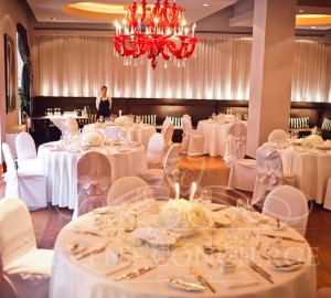 white-fancy-roses-decor-round-tables-the-mark-hotel-prague